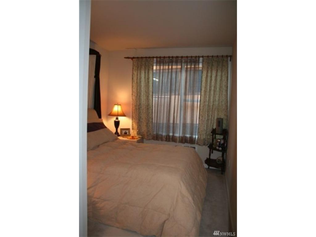 Bedroom w/Large Walk-in Closet
