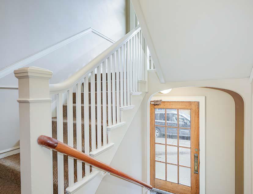 Swansonia Apartments: lobby & stairs
