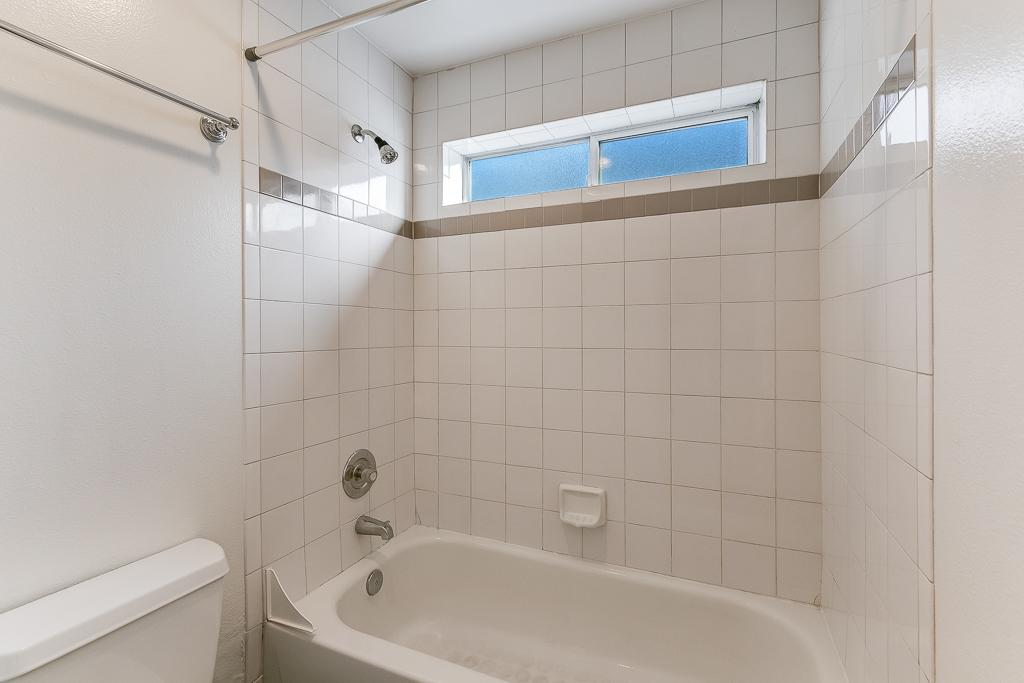 Full bath off of hallway