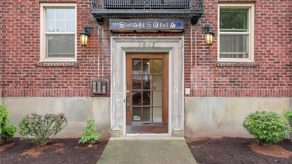 Swansonia Apartments: main entry